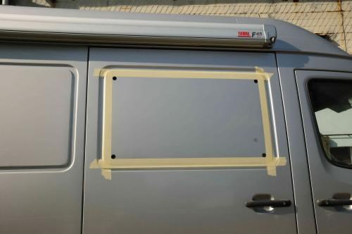 …Fensterausschnitt, angezeichnet, abgeklebt und Ecklöcher gebohrt