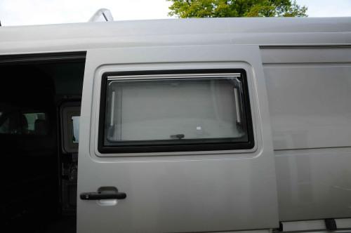 … fertig eingebautes Fenster, rings herum mit dauerelastischer Butyldichtmasse eingesetzt