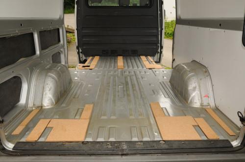 … Feinarbeit: alle Zwischenräume werden mit 2×4mm Kork aufgefüllt damit der Boden einen tragfähigen Unterbau hat