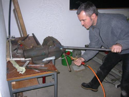 … das snadgefüllte Rohr wird mit der Gasflamme gut durchgeglüht und langsam gebogen